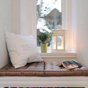 Широкий подоконник - уютное место для отдыха