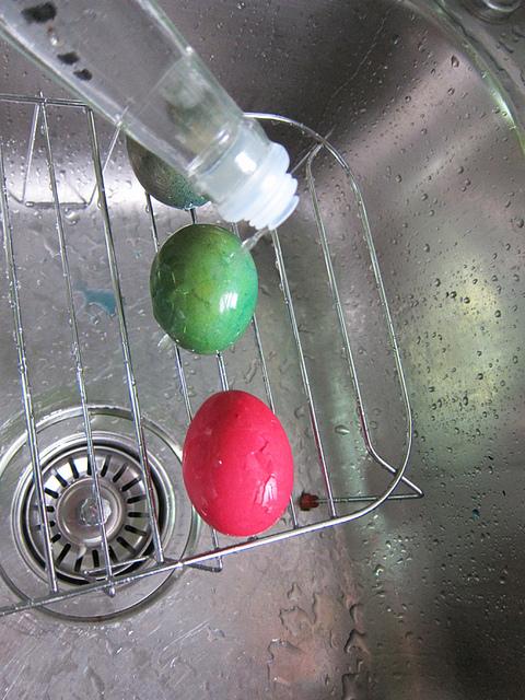 необычный способ покраски пасхальных яиц