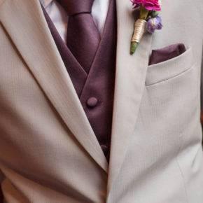 фиолетовая свадьба костюм жениха фото 041