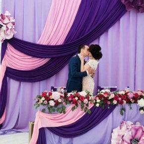 фиолетовая свадьба стол молодоженов фото 066