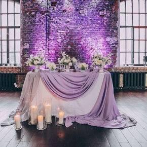 фиолетовая свадьба стол молодоженов фото 067
